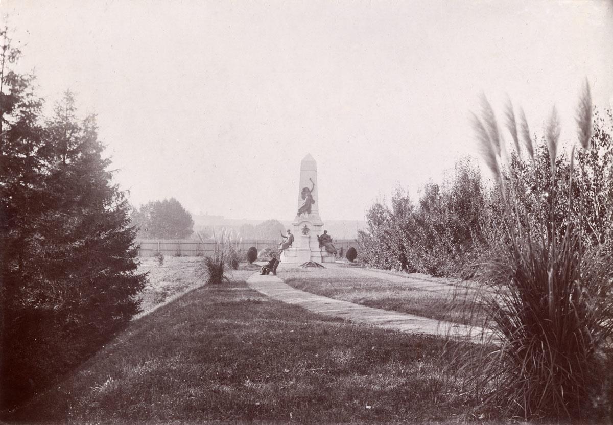 Le mausolée de Godin se trouve au fond du jardin d'agrément du Familistère