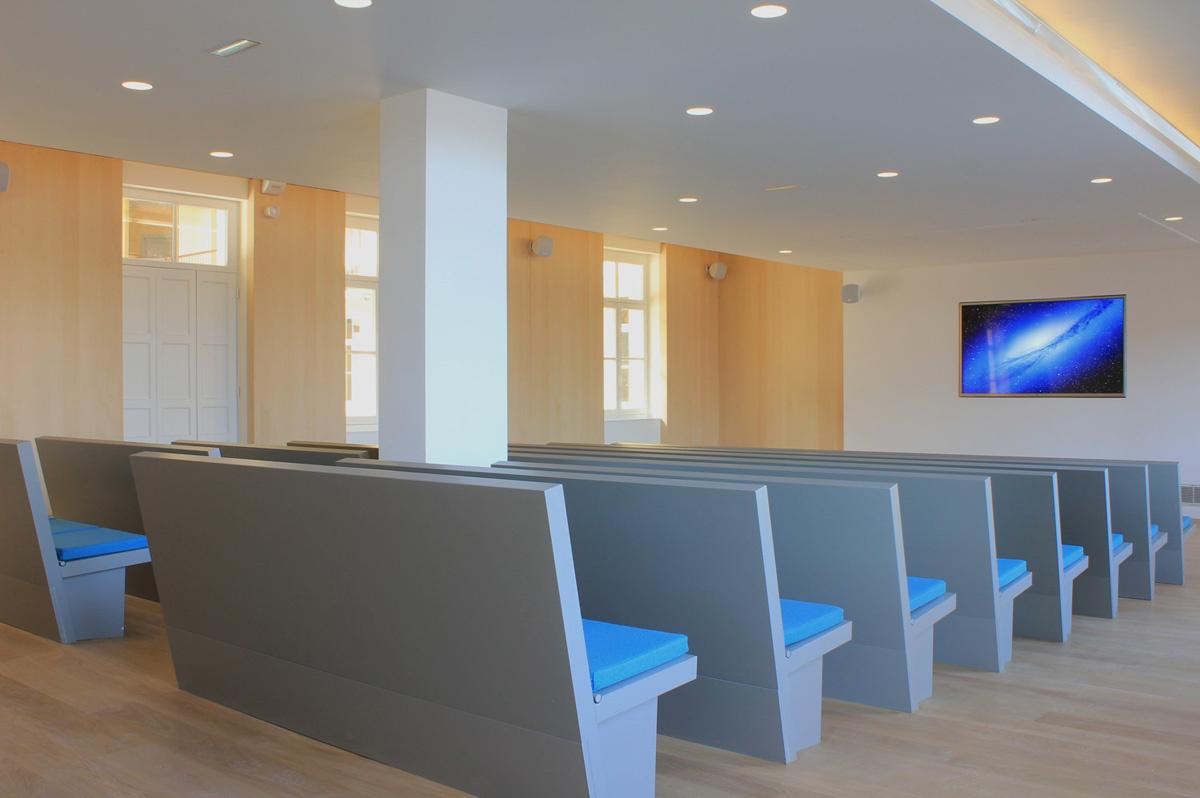 Une belle salle de projections et conférence se trouve dans le pavillon central.