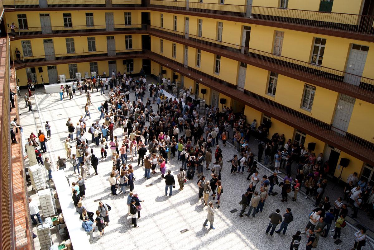 La cour du pavillon central peut servir aux réceptions.